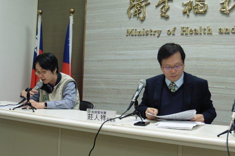 疾管署副署長莊人祥(右)、防疫醫師黃婉婷(左)說明國內疫情概況。記者黃安琪/攝影