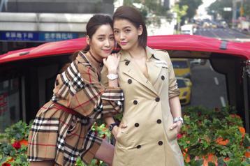 歐陽妮妮與王樂妍下午出席SWATCH手表活動意外露底褲?由於主辦單位安排在觀光公車二樓拍照,意外讓兩人露底褲,但兩人表示是安全褲啦!活動中分享兩人擁有SWATCH手表的回憶與偏好的款式。