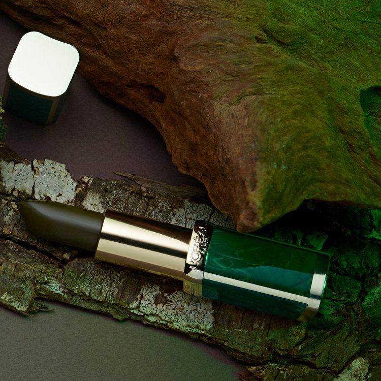 巴黎萊雅X BALMAIN限量聯名訂製唇膏野性風潮系列採用祖母綠大理石紋包裝。圖...