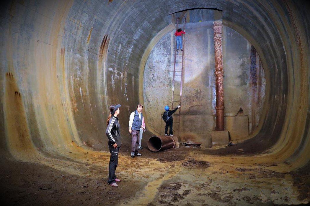 文史工作者探勘隱藏在半屏山石灰岩裡的日據時代戰備水庫,高約三層樓,長120公尺。...