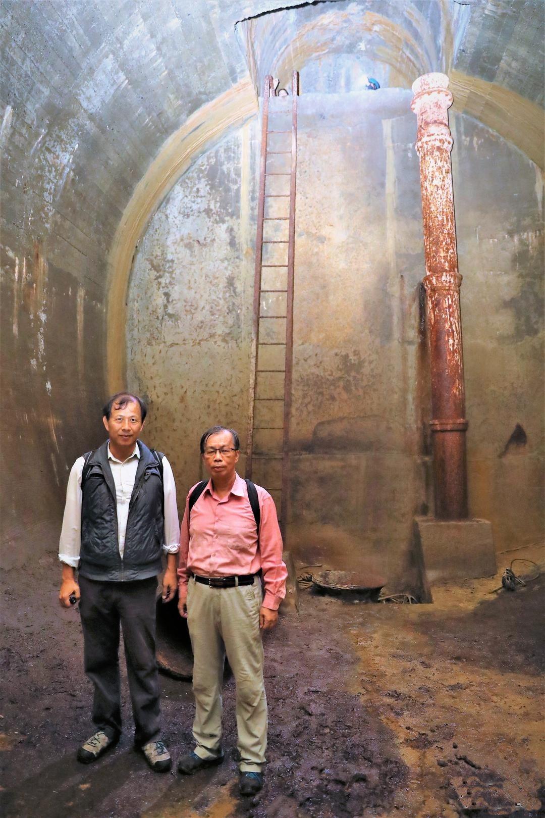 文史工作者郭吉清(右)、廖德宗(左),探勘半屏山石灰岩裡的日據時代戰備水庫。圖/...