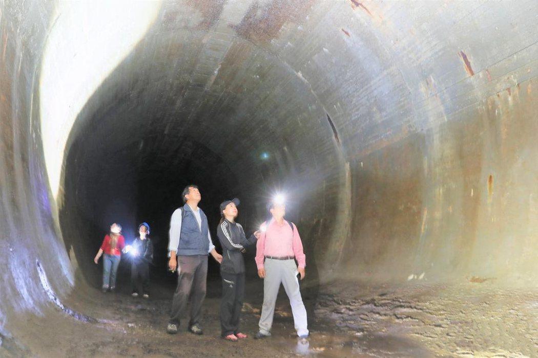 隱藏在半屏山中的戰備水庫,是一個長約120公尺,高與寬各10公尺的長筒狀隧道水庫...