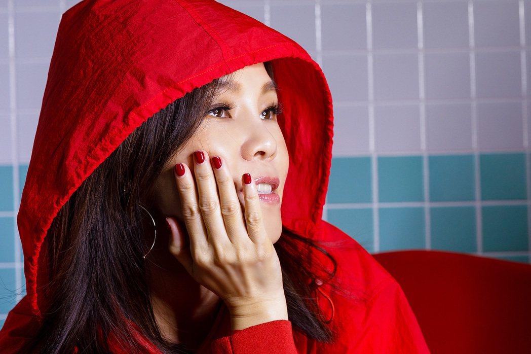 彭佳慧推出最新主打歌,MV一身潮紅oversize連帽風衣,狂露美腿。圖/索尼音...