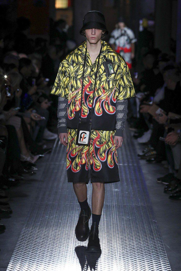 唇膏、香蕉、火焰、花卉等經典圖紋也躍上襯衫和短褲。圖/PRADA提供