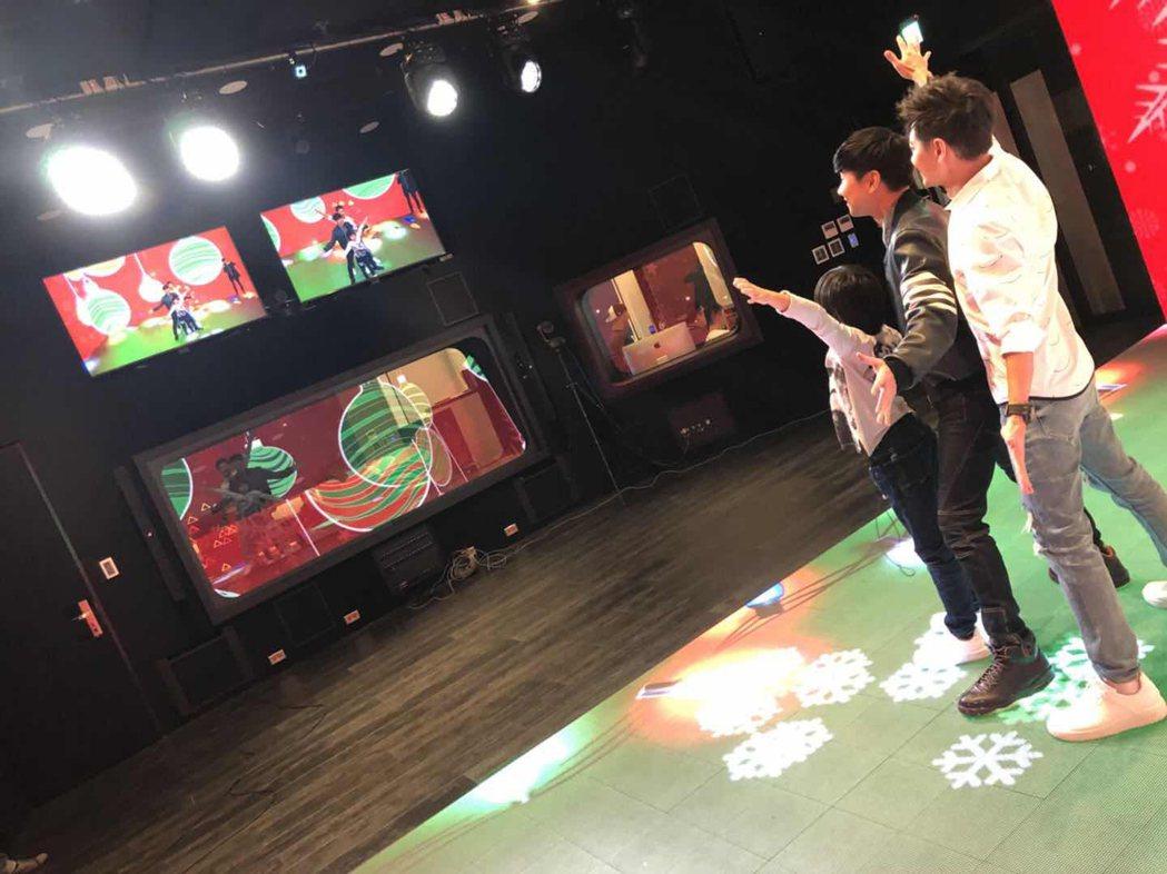 林志穎帶著大兒子Kimi到JFJ聖所參觀,在虛擬試影棚裡玩得開心。圖/娛人制造提...