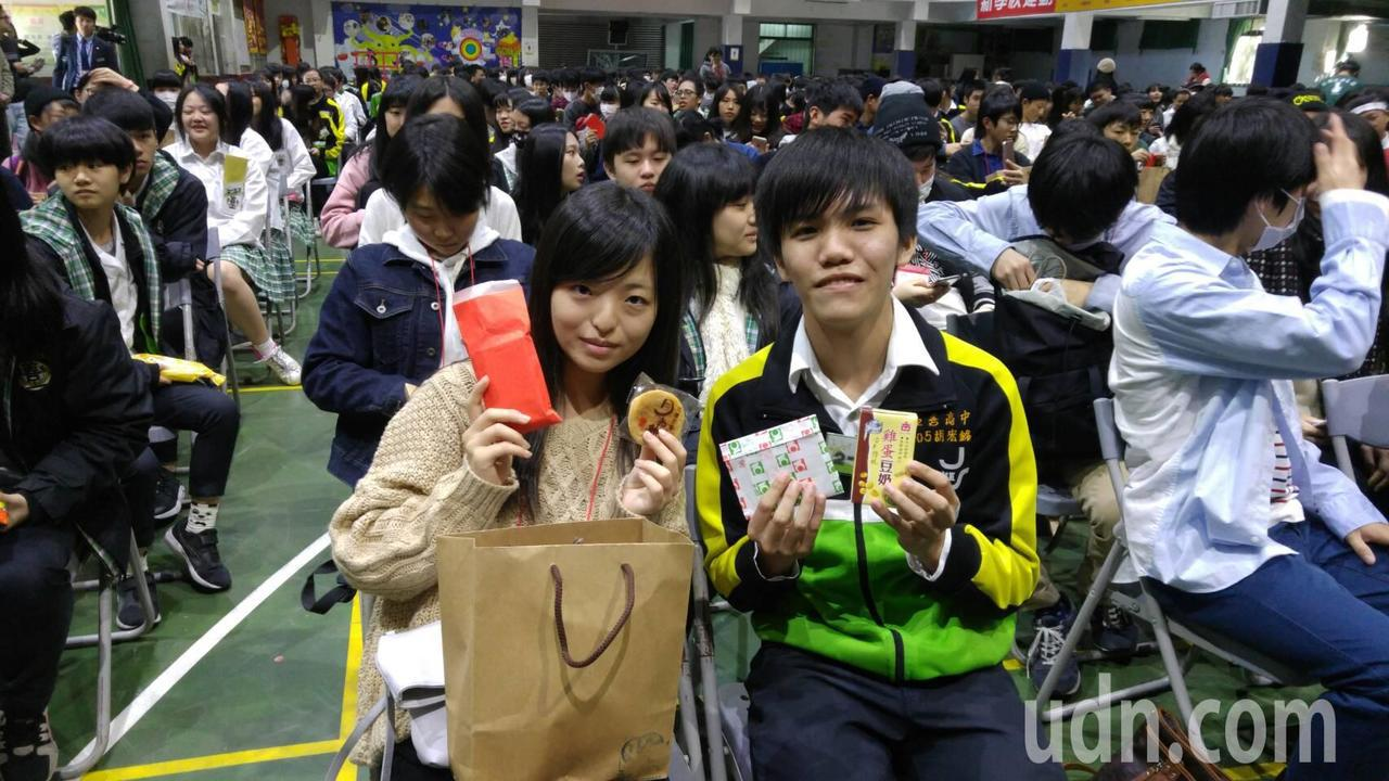 為呈現台灣過年氣氛,桃園市至善高中今年特地準備紅包,放進卡片和新台幣一元硬幣,在...