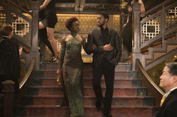 今年春節賀歲檔外片中最具王者聲勢的「黑豹」,是漫威超級英雄片最新強打,雖然從幕前幕後陣容大都黑人掛帥,但「奧斯卡的一天」、「金牌拳手」好評名導萊恩庫格勒掌舵,令粉絲對片子充滿期待。萊恩不僅遠赴非洲勘...