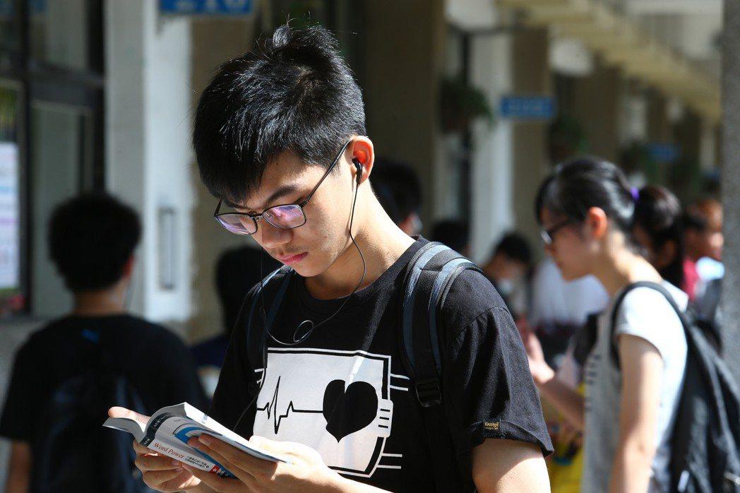 圖為高中英語聽力測考生。聯合報系資料照/記者王騰毅攝影