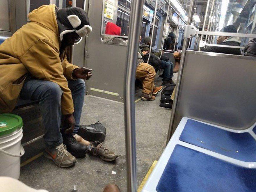 律師貝爾分享了她在紅線捷運車廂上,目睹一名善心男子脫下新的保暖靴送給遊民的義舉。...