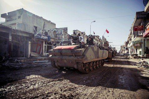 資料圖片:2015年開入敘利亞的土耳其軍隊。 圖/美聯社