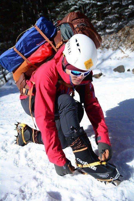 雪地必備的硬底鞋、冰爪、冰斧、頭盔,是不是都有了?會不會用?這些攸關性命的裝備「...