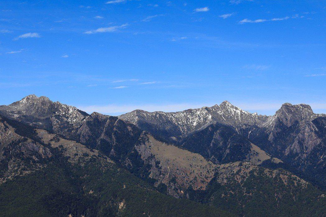 去年12月就開始積雪的玉山群峰,雪之於台灣並不是什麼稀奇的東西,高山就有。 圖/...