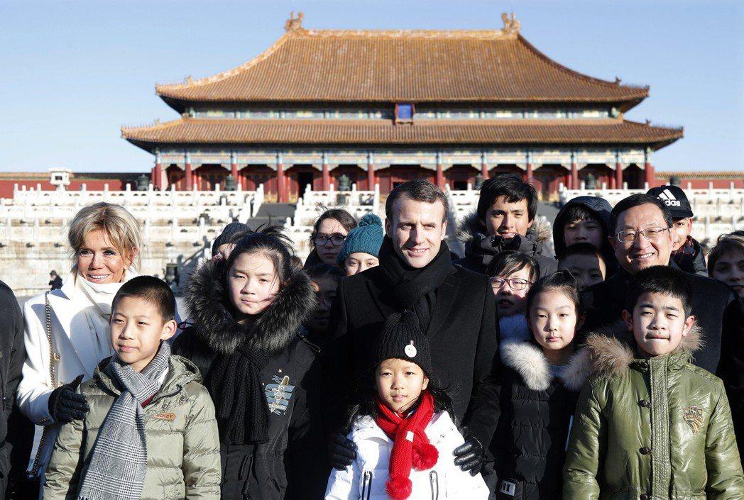 馬克宏首次出訪中國,像是觀光一樣遊遍北京景點,但與習近平友善的互動,只是雙方在試...