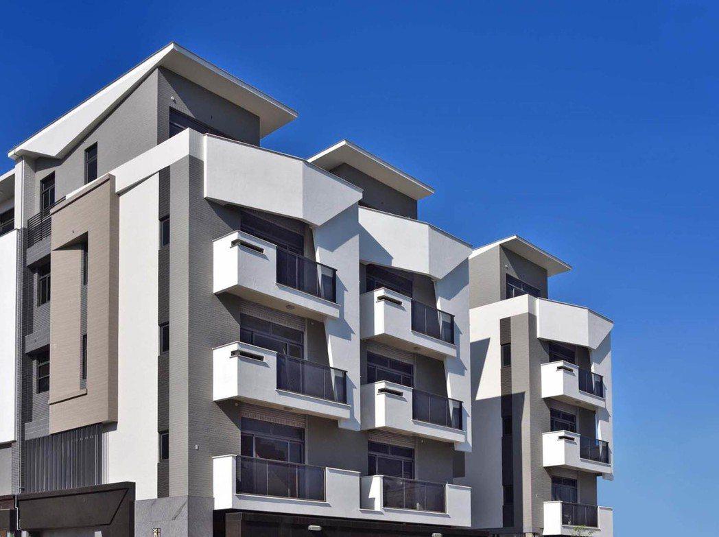 外觀立面採用國際現代樣式的白派建築呈現框體的立體層次。 圖片提供/上銘建設