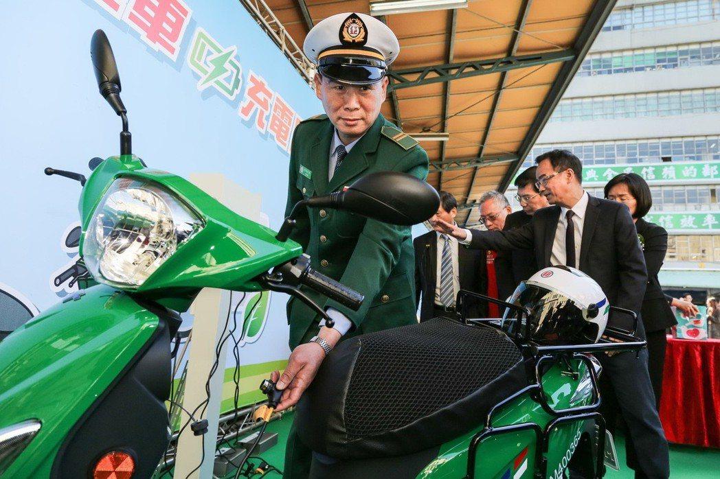 每車一座充電設施讓郵務士下班前可輕鬆的為電動機車充電。 圖/中華汽車提供