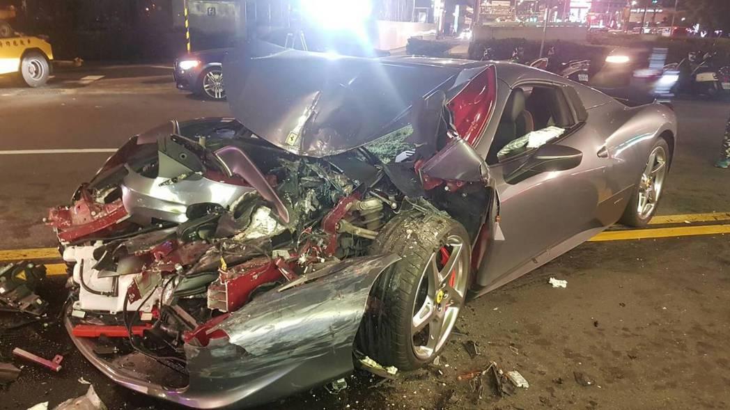 1輛造價1600萬的法拉利458超跑,前晚在台北市連撞2輛客運,法拉利車頭全毀。...