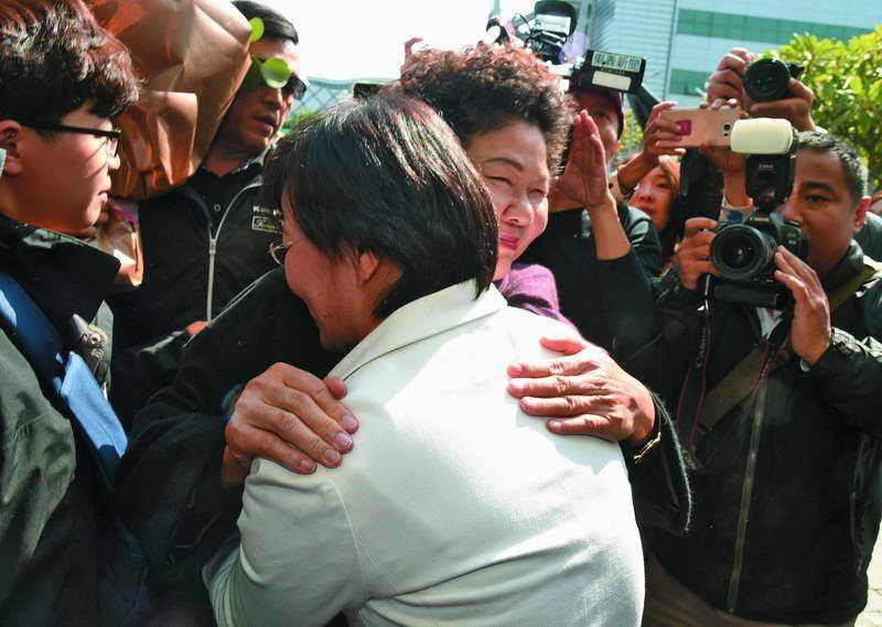 退選隔天,陳菊前往劉世芳服務處送花慰問,並給予熱情的擁抱。 攝影/何沛霖