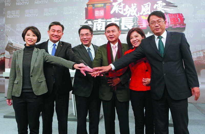 激烈的綠營台南市長初選,黃偉哲(左三)逐漸站穩領先地位。 攝影/郭晉瑋