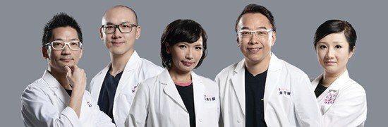 (由左至右排序)張簡 敬哲醫師|曾懷廷醫師|劉以先醫師|陳忠明總院長|陳怡君醫師