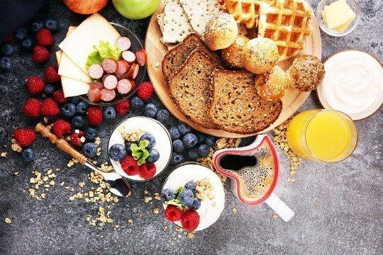 早餐既要豐富也要注重營養均衡。 (圖/Shutterstock提供)
