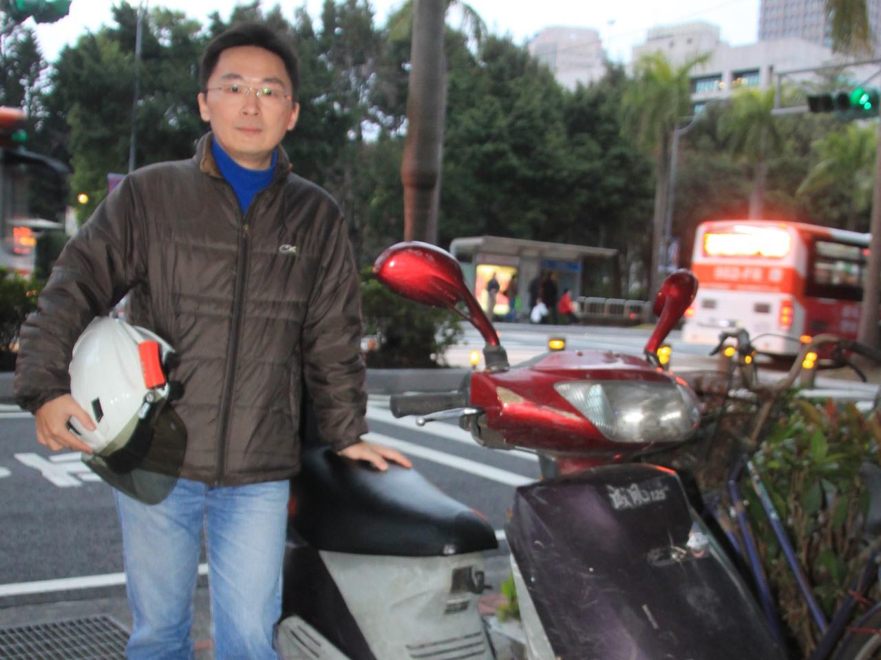 董建一創立「中華民國機車黨」,四處「會勘」,為機車族爭取路權、協助改善道路安全。...