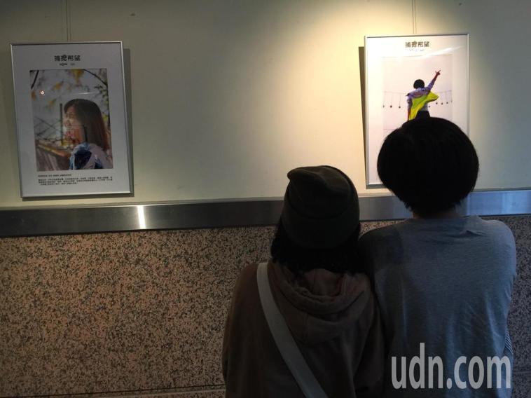 捷芸(右)與宥伶(左)母女檔,欣賞各自拍攝的照片。記者黃安琪/攝影