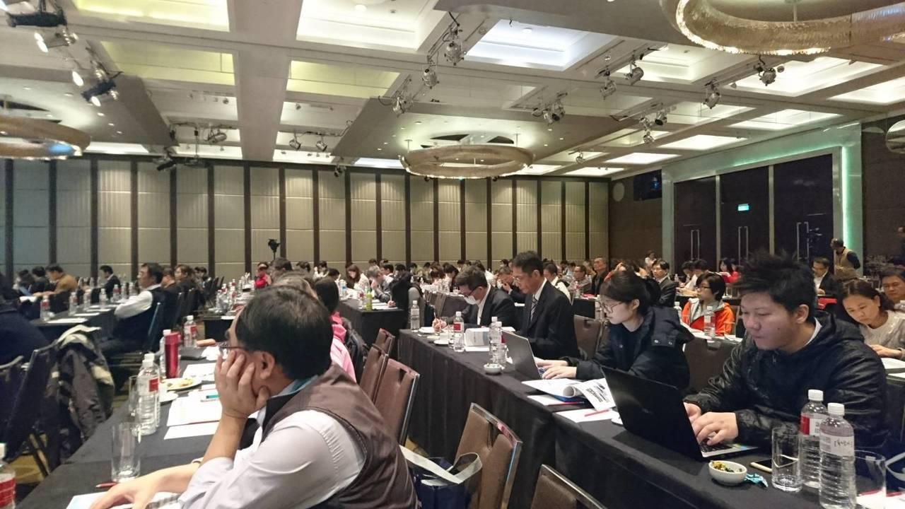 亞洲航空17日下午舉行上市前業績發表會,吸引滿場投資法人參與。記者韓化宇/攝影