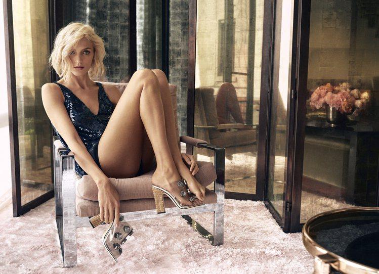 Anja Rubik在Jimmy Choo春夏女鞋廣告中大秀逆天長腿。圖/Jim...