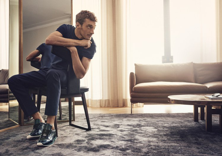 Clément Chabernaud展示Jimmy Choo春夏男鞋。圖/Jim...