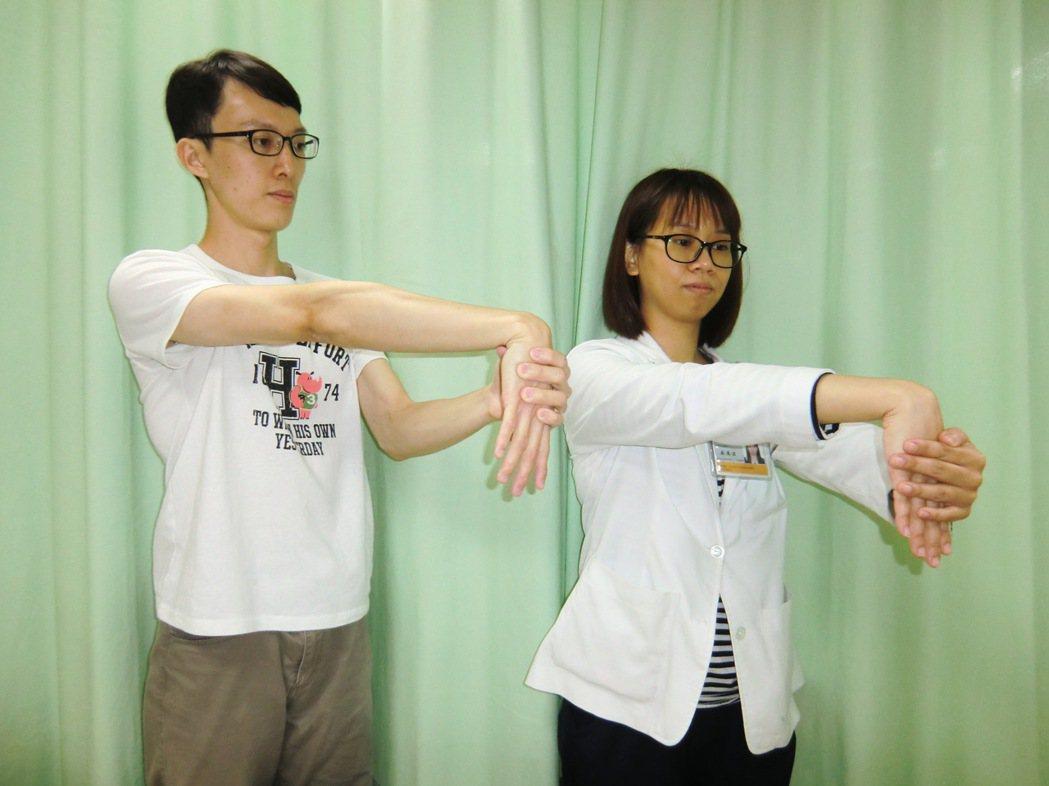第一招【肌力伸展】運動:手臂伸直,手掌朝下,試著用另一手將手背往下壓,直到感覺前...