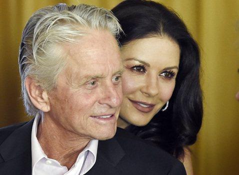 好萊塢性侵風暴短期內仍難平息,被指控曾在女員工面前手淫的麥克道格拉斯,堅決否認此事,妻子凱薩琳麗塔瓊斯則表示有人硬掰故事,非常非常噁心,選擇站在丈夫這一邊。金獎影帝麥克道格拉斯,以往在銀幕上常演不忠...