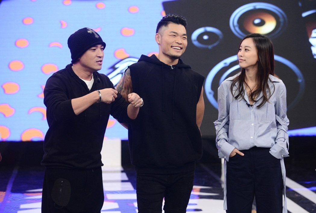 劉容嘉(右)和李玖哲(中)錄八大「娛樂百分百」,左為小馬。圖/八大提供