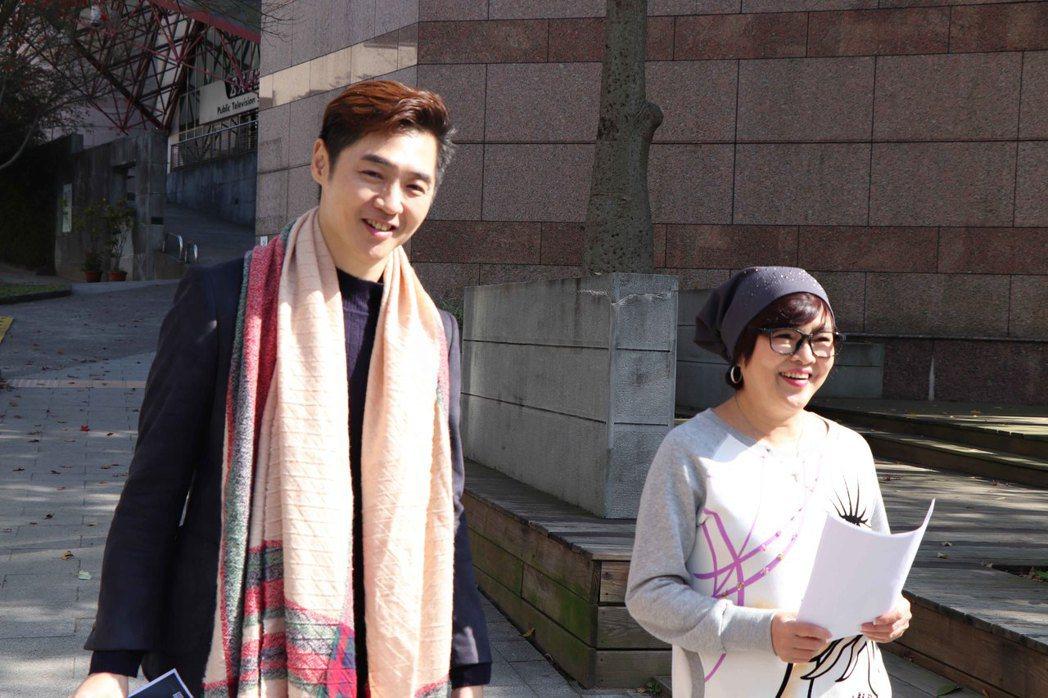 宋逸民(左)、紀寶如拍攝公益短片。圖/藝起發光協會提供