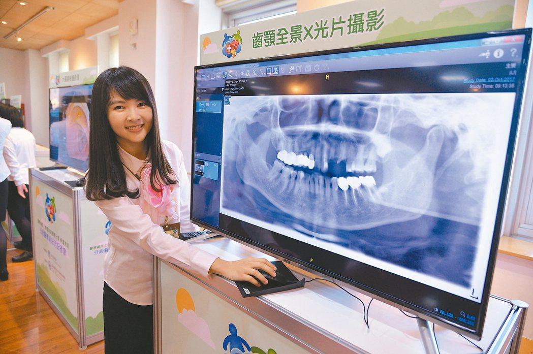 透過醫療資訊上傳雲端與分享,診所醫師可調閱病患檢查資料。 中央社