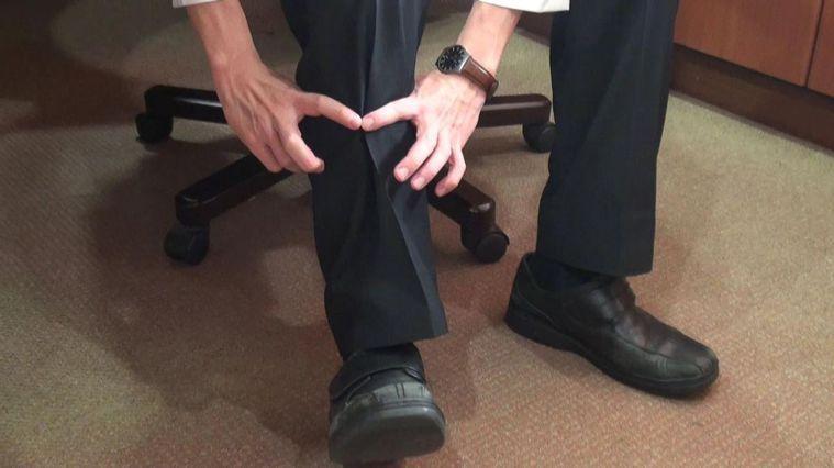 家中長輩是否罹患「肌少症」,可以雙手拇指及食指圈成指輪,量測一下小腿腹辨別。 圖...