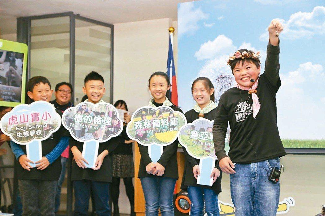 台南市虎山實驗國小學生熱情介紹校內課程。 圖/教育部提供