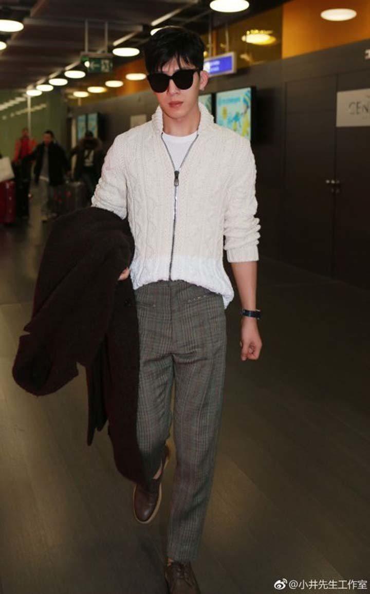 井柏然在日内瓦机场时,以白色麻花编织外套搭配威尔斯亲王格纹长裤以及咖啡色便鞋,难...