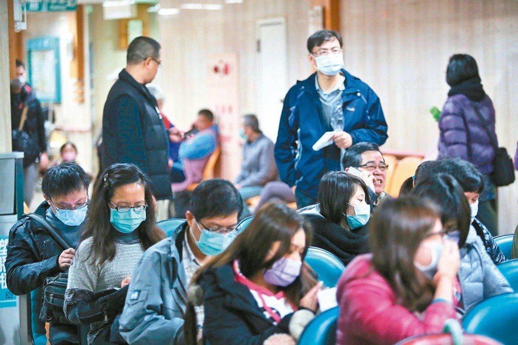 流感季節出入醫院時,最好戴上口罩,並隨身攜帶衛生紙、手帕防護。 圖/聯合報系資料...