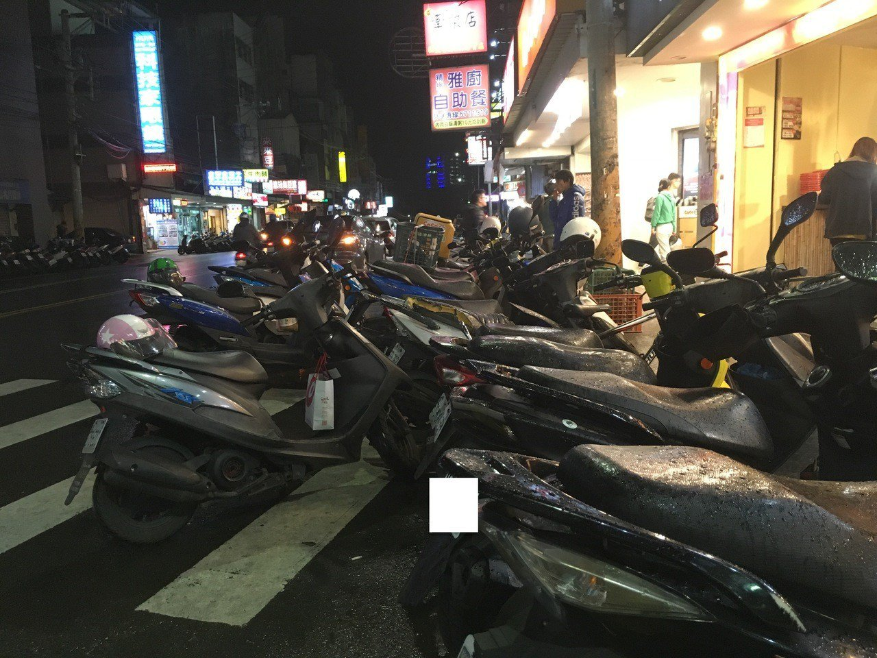 新竹市區常見機車併排停車。 記者張雅婷/攝影