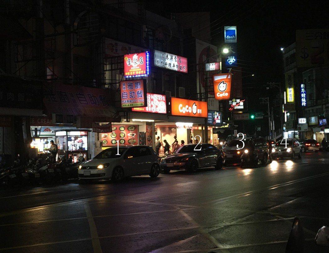 新竹市區常見汽車併排違停,圖中4輛汽車都違規。 記者張雅婷/攝影