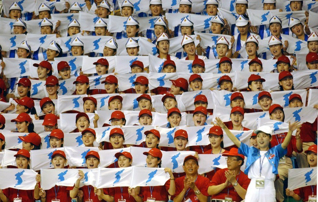 北韓啦啦隊隊員2003年在大邱廣域市夏季世界大學運動會時,拿著韓半島旗在場邊加油...