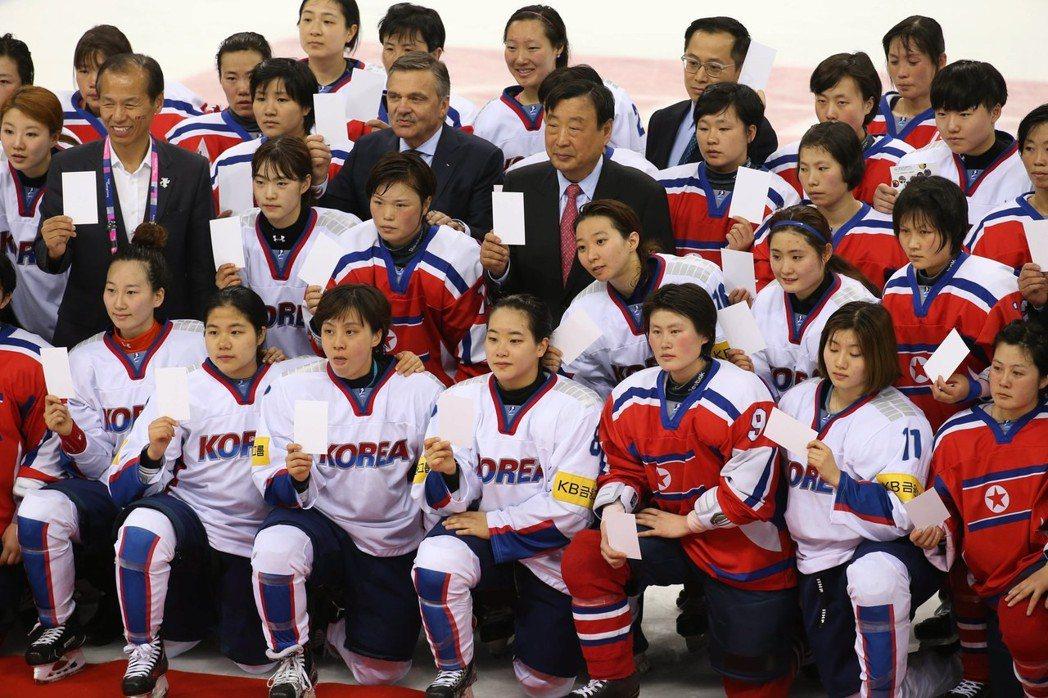 南北韓的冰球隊員,曾在女子世界杯錦標賽分組賽後合影。 歐新社