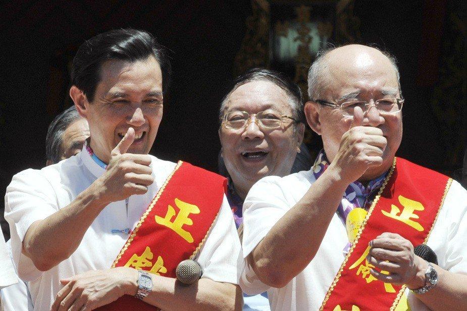 2012年11月初,國民黨榮譽主席吳伯雄(右),替總統馬英九(左)講話,他說「有...