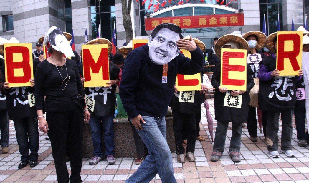 2012年,英國《經濟學人》雜誌,刊出一篇介紹台灣政局的文章,稱馬總統是「bum...