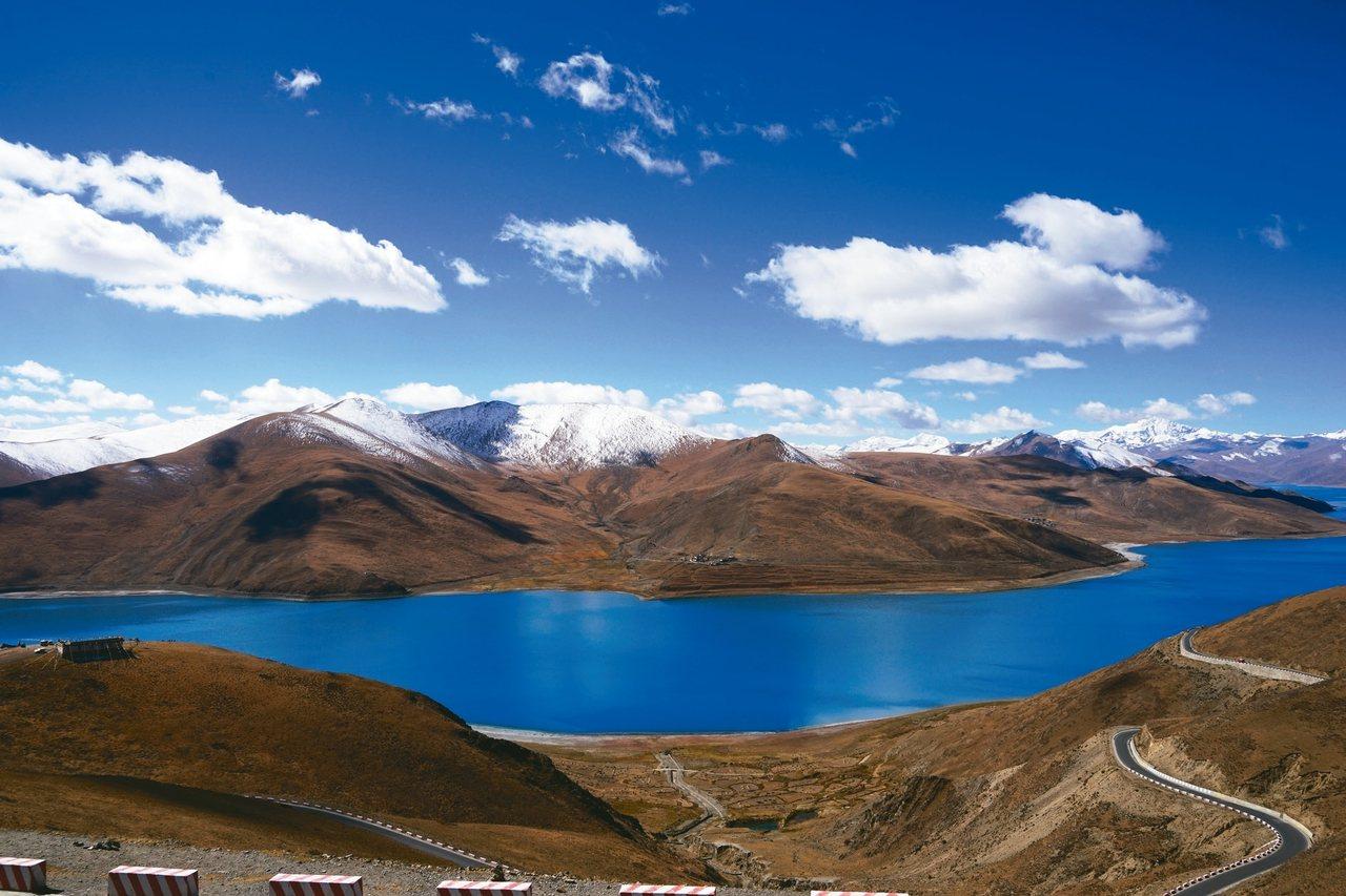 西藏的大山洪流讓tina心生嚮往,進而開啟她進修藏文的動機。 tina/供應