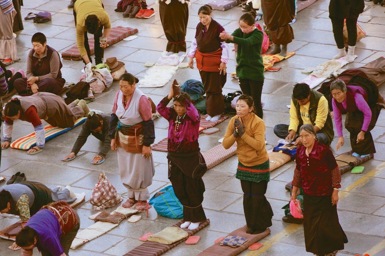 tina的進修念頭純潔是愛慕西藏的風土著土偶情。 tina/提供