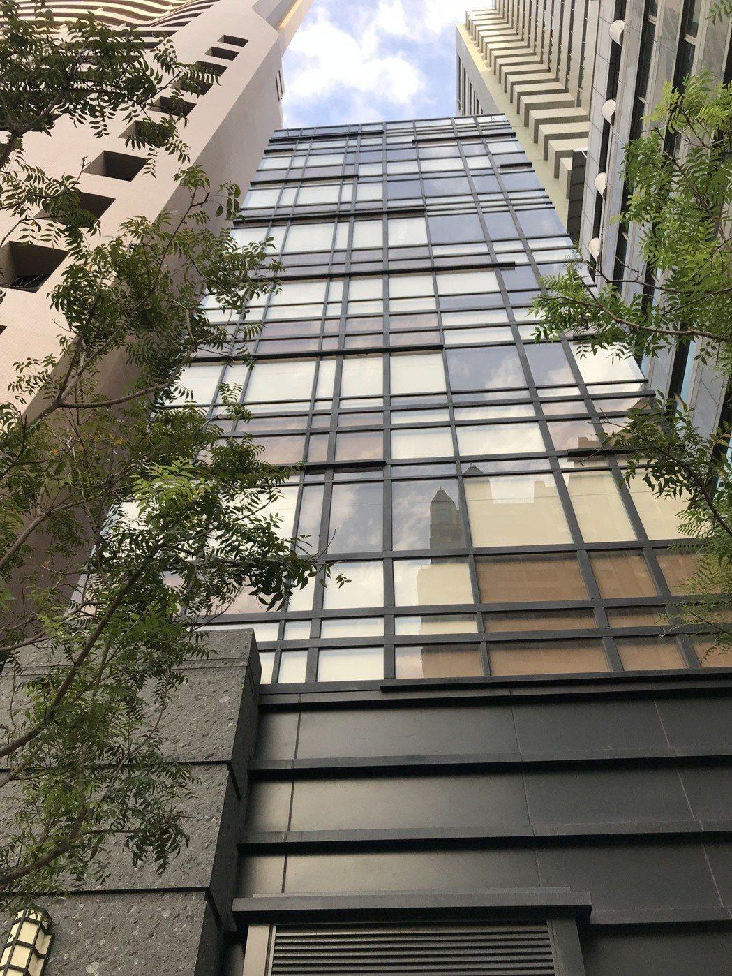電梯式停車塔,是在寸土寸金的都會區另一個向天空發展的方向。 攝影/張世雅