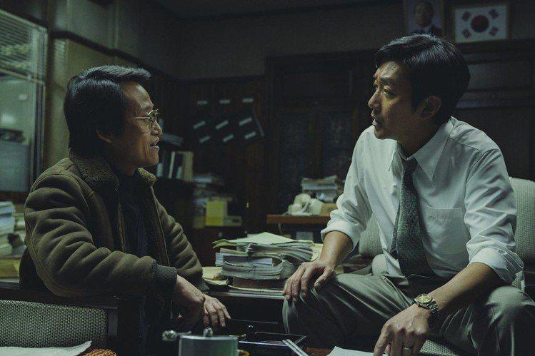《1987:黎明到來的那一天》河正宇飾演檢察官。圖/車庫娛樂提供