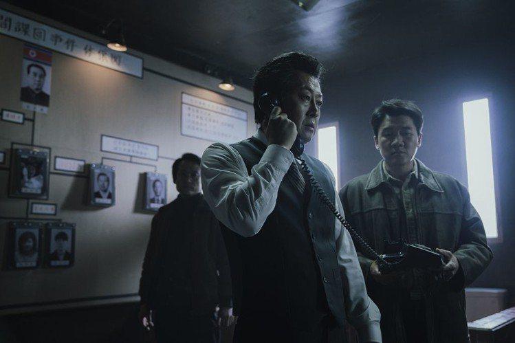 《1987:黎明到來的那一天金倫奭飾演匪諜搜處處長。圖/車庫娛樂提供