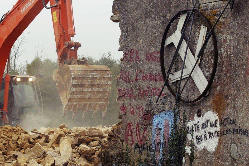 圖為2012年,法國政府突破聖母荒地的抗爭者佔領,強行拆遷引發抗爭。 圖/路透社